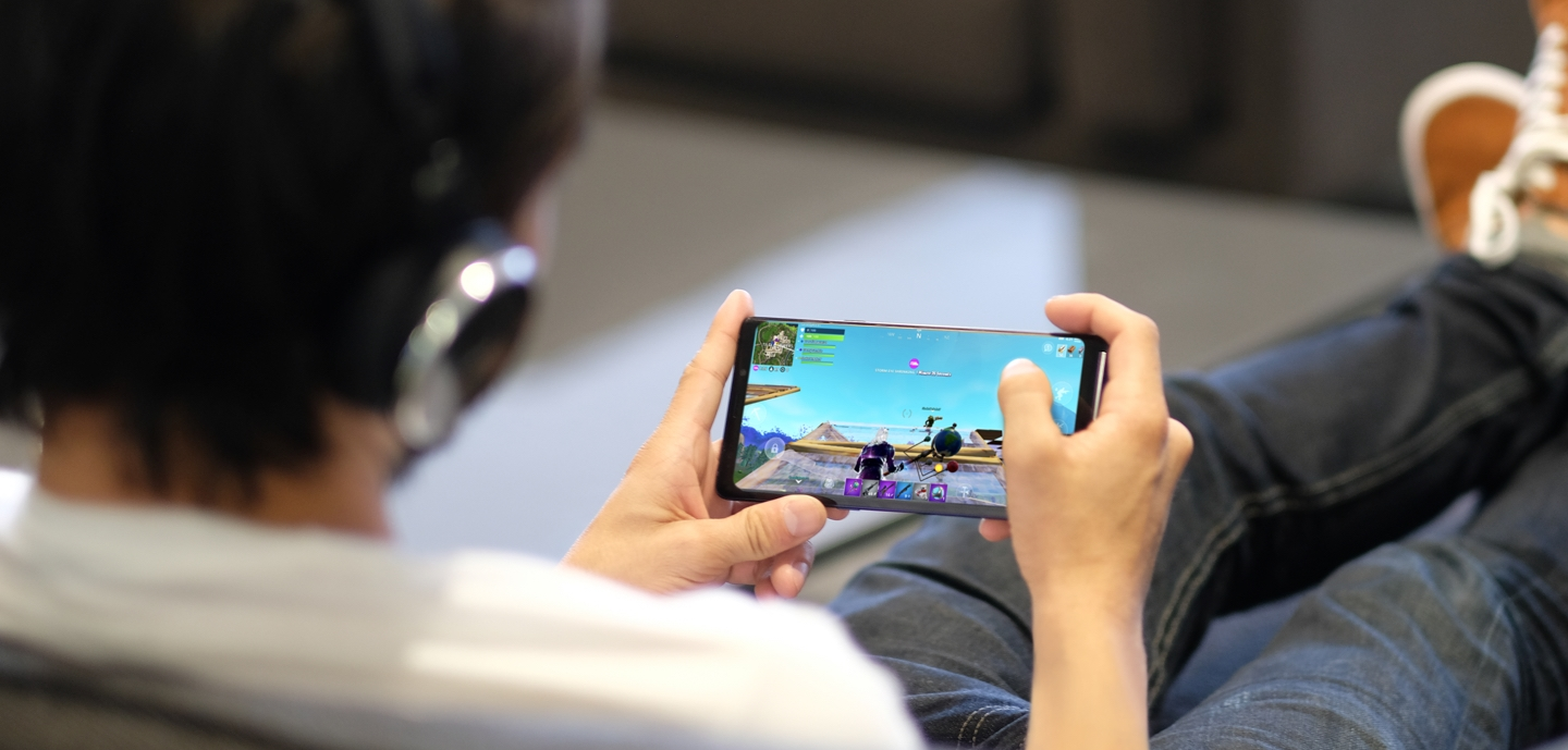 A Fortnite Samsung gamer plays on the Samsung Galaxy Note9