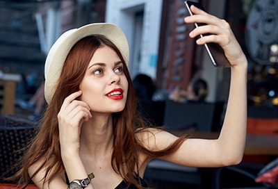 Red-haired girl taking selfie with Note 10