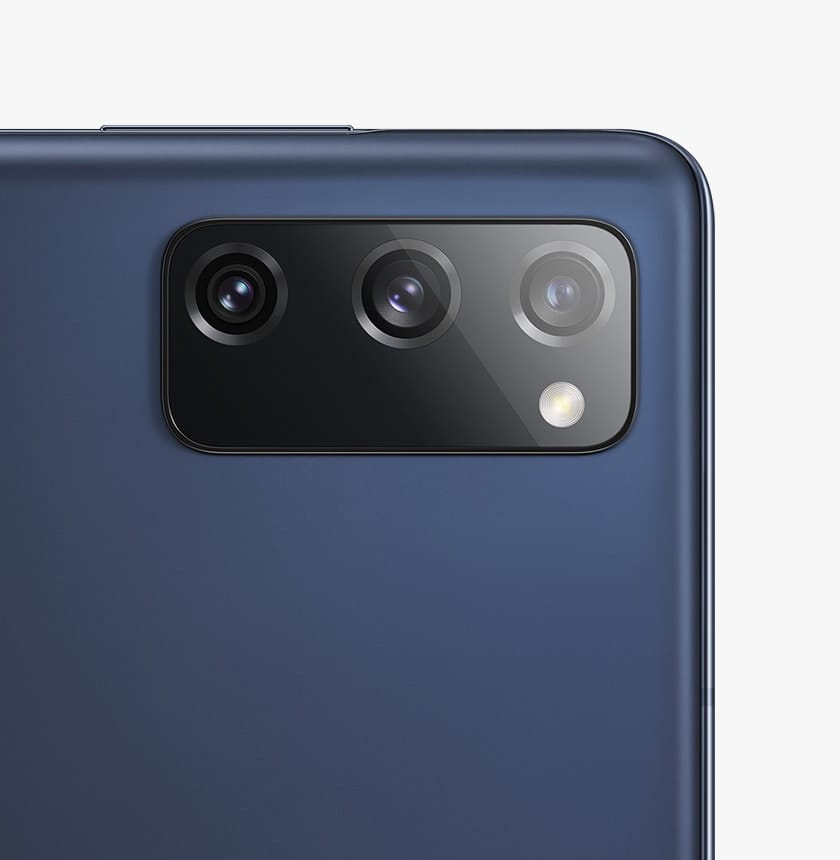 The rear camera on Galaxy S20 FE 5G in Cloud Navy.