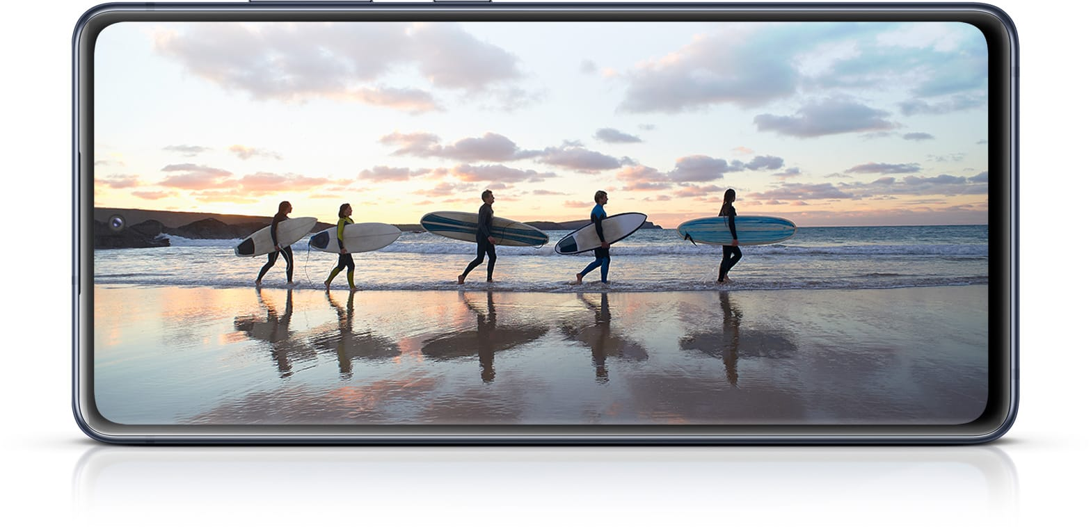 Galaxy S20 FE 5G with a photo of surfers onscreen, showing the immersiveness of the Infinity-O Display.
